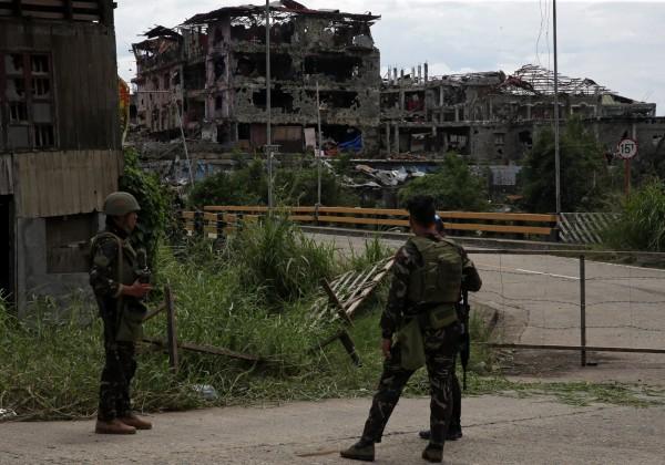 菲律賓國防部長羅倫沙納(Delfin Lorenzana)宣布,最後42名恐怖分子被擊斃,馬拉威已被收復。(路透)