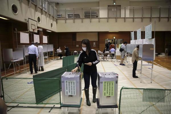 日本漫畫家井上純一,對眾議院選舉有感而發,提到中國六四天安門事件,讓強國網友崩潰。圖為日本民眾投票狀況。(法新社)