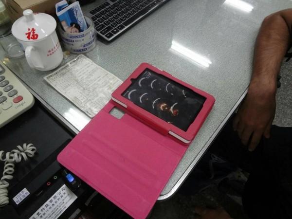 南市六分局警方用心幫美籍人士找回三年前在台南遺失的平板電腦。(記者王俊忠翻攝)