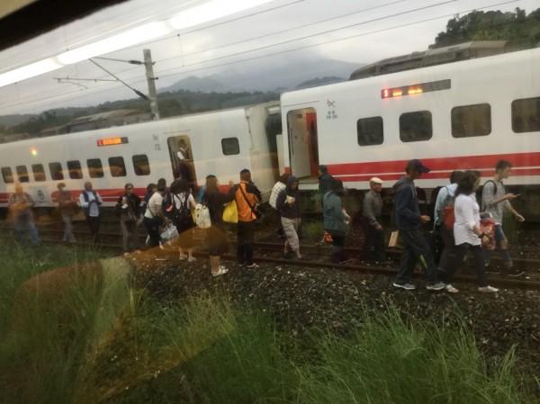 台鐵431次普悠瑪於花蓮出軌,乘客被迫下車步行離開。(讀者提供)