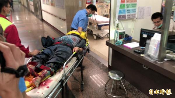 清境農場遊覽車事故傷患緊急送往台中榮線埔里分院救治。(記者佟振國攝)