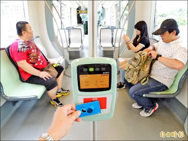 持電子票證搭高雄輕軌,可享十元優惠價。(記者王榮祥攝)