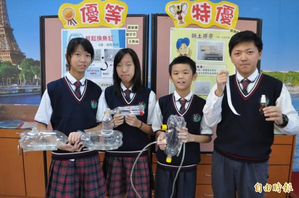 有得雙語國中小國中部學生張博堯(右起)、王教倫、鄭敏薰、鄭宇芳贏得桃園市今年度發明展競賽特優與優等。(記者周敏鴻攝)