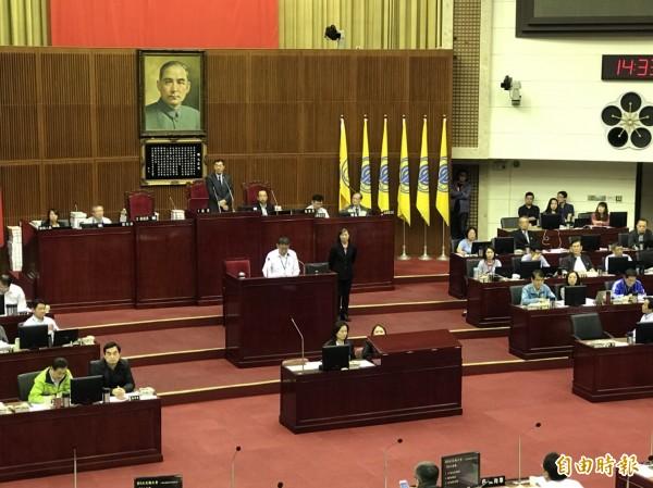 台北市長柯文哲今赴議會進行107年度施政計畫及預算報告,在大會開始前,多名議員要求柯針對上週專案報告出言不遜道歉。(記者沈佩瑤攝)