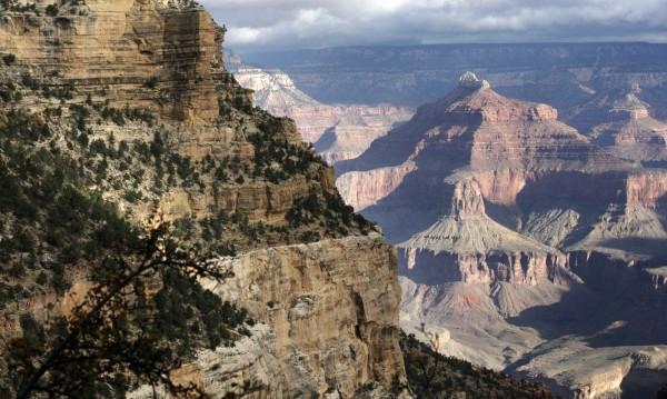 美國國家公園管理局(National Park Service)於今表示為籌措維護及修繕園區的資金,提議將提高黃石公園、大峽谷、優勝美地國家公園等17處熱門景點的旺季入園費。圖為美國大峽谷國家公園。(美聯社)