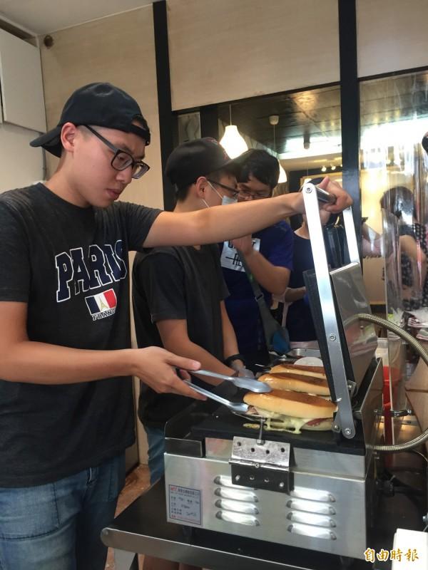 店家特別訂製壓烤機。(記者羅欣貞攝)