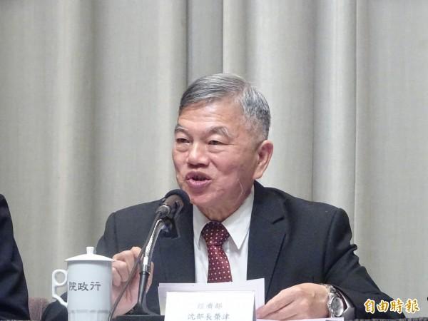 經濟部長沈榮津說明綠能屋頂全民參與行動內容。(記者李欣芳攝)