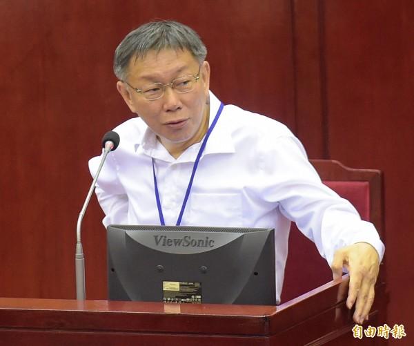 針對台北捷運的悠遊卡無法在高雄輕軌使用,台北市長柯文哲今撂下重話,呼籲交通部出面協調,否則將讓北捷禁用一卡通。(記者黃耀徵攝)