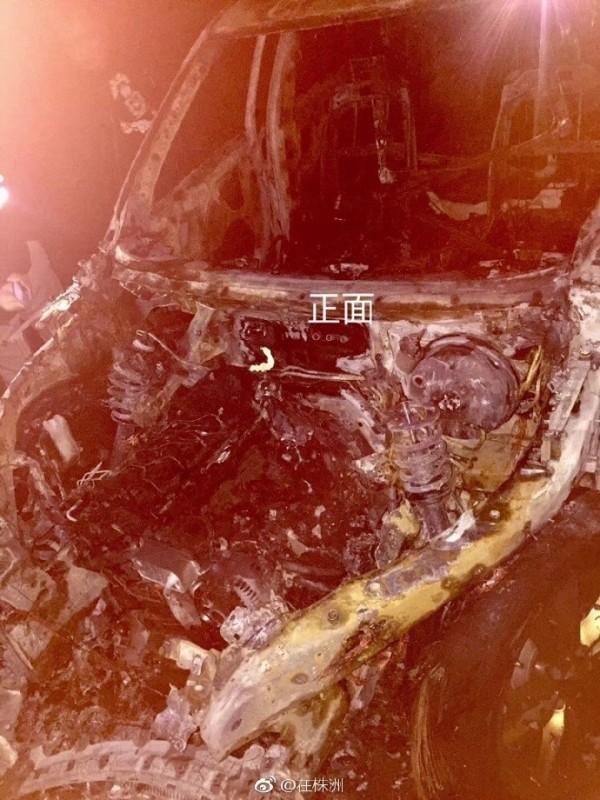 中國湖南一名男子買了一輛77萬人民幣(約台幣350萬元)的BMW X5,不料疑是鞭炮的碎紙屑引燃了車子,一轉眼新車便燒成廢鐵。(圖擷自「在株洲」微博)