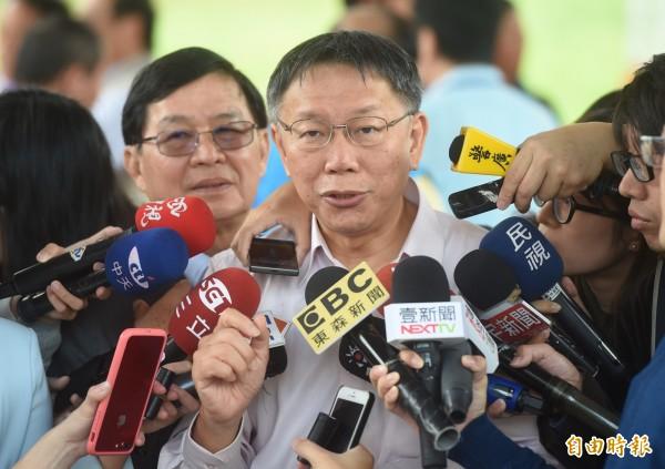 台北市長柯文哲26日出席成功橋拓寬工程開工祈福典禮,典禮前接受媒體訪問。(記者簡榮豐攝)