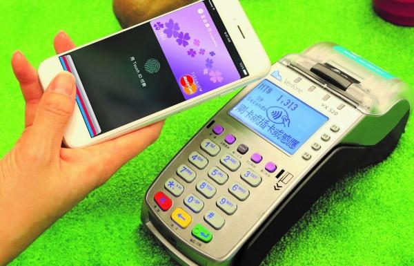 金管會今天宣布,民眾未來將可以使用手機上的指紋等生物特徵,登入電子支付平台,直接進行交易。最快12月中上路。(資料照,記者王孟倫攝)