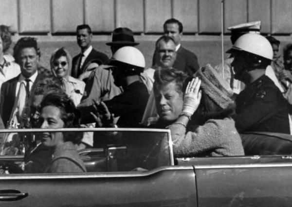 甘迺迪遇刺的機密檔案將公諸於世,圖為甘迺迪遇刺前,向夾道歡迎他的民眾揮手致意。(美聯社檔案照)