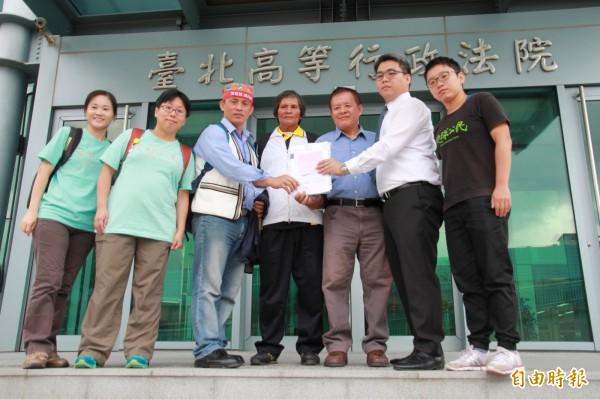 富世部落居民與律師27日對亞泥新城山礦權展限案提出行政訴訟起訴。(記者吳政峰攝)