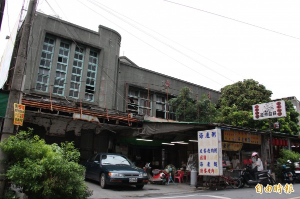 彰化縣文化局認為遠東戲院外觀具備50年代台灣建築工藝研究的價值,因此列為縣定古蹟。(記者陳冠備攝)