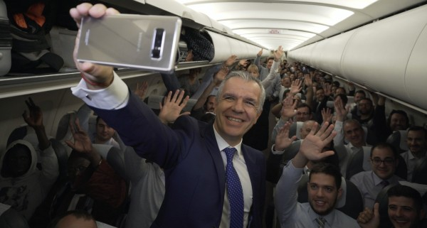 三星日前贈送某架班機的乘客人手一支Note 8,當時三星的西班牙主管也在機上與乘客大玩自拍,拿到Note 8的乘客也紛紛高舉新款手機歡呼。(圖擷取自muycomputer)