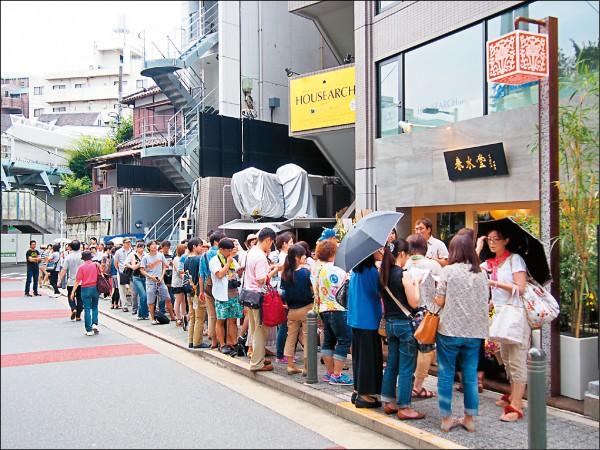 春水堂目前在日本有11間分店;圖為代官山店開幕時的排隊人潮。(圖片提供/春水堂)