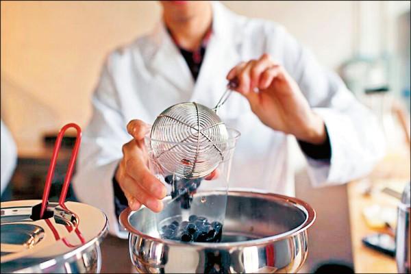 在熬煮粉圓時,從水量到火候控制都不得馬虎。(圖片提供/Boba Guys)