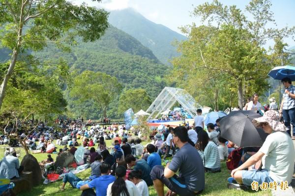 邁入第16屆的太魯閣峽谷音樂節,是花蓮年度重要音樂活動之一,今年人潮雖不如往年,但仍有千名遊客攜家帶眷坐看峽谷、聆賞樂音。(記者王峻祺攝)