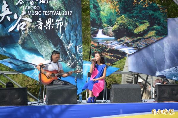 連續2年受邀演出的排灣族歌手「創作新女聲」郭曉曉,今早準備不插電演出,用原音感動台下觀眾。(記者王峻祺攝)