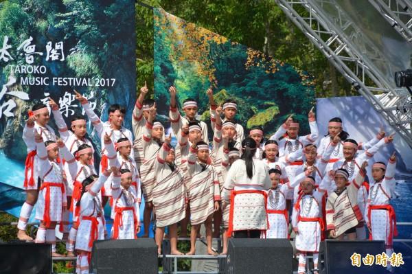 萬榮國小合唱團為太魯閣峽谷音樂節開啟活動序幕。(記者王峻祺攝)