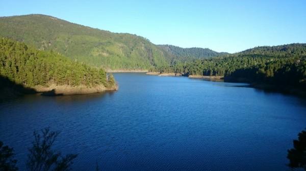 翠峰湖目前進入滿水位,宛如太平山上的藍寶石。(圖由太平山翠峰山屋提供)