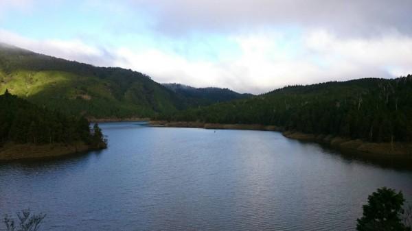 晨曦時的翠峰湖。(圖由太平山翠峰山屋提供)
