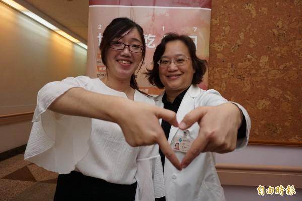 諮商心理師胡瑋婷成功治療乾癬,下月當新娘,與醫師陳怡如呼籲患者不要放棄。(記者蔡淑媛攝)