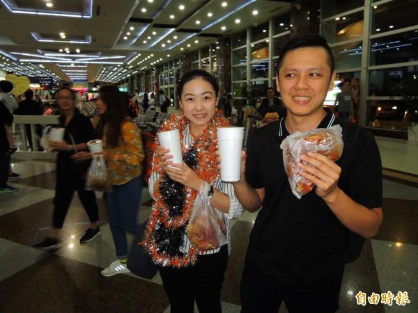 高雄麵包師陳耀訓與女助手周小槿勇奪世界麵包大賽冠軍,今晚返國,開心品嚐日夜思念的雞排與珍奶。(記者黃旭磊攝)