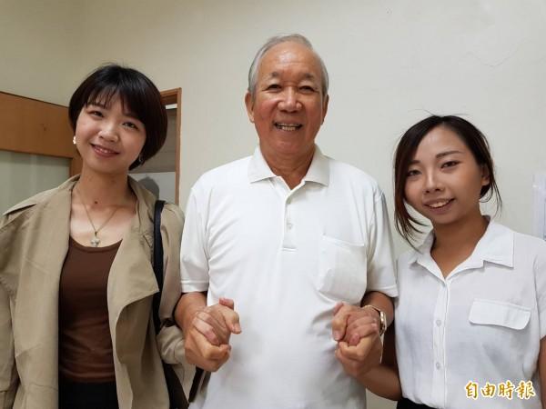 女大生林怡玉(左)及吳家靜感謝老榮民陳壽祥助學,改變她們的人生。(記者陳文嬋攝)