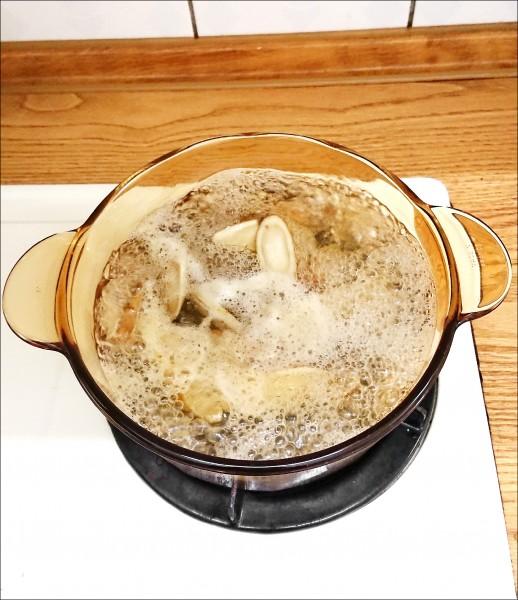 ▲煮滾後轉中火再煮25分鐘。(照片提供/張祐禎)