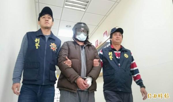 嫌犯鐘國榮(中)被捕移送法辦。(資料照,記者湯世名攝)