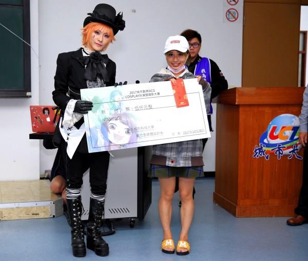 大專組第一名城市科大數媒系學生陳姿婷,她扮演的角色是FATE的貞德。(圖由城市科大提供)