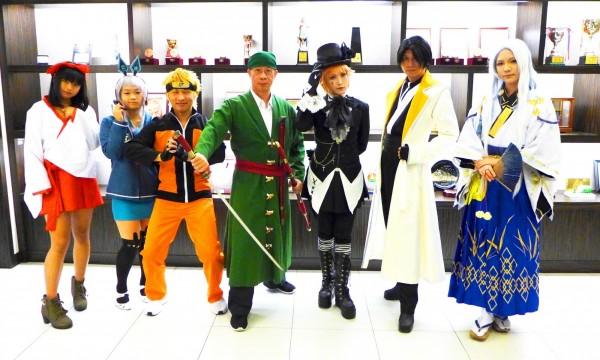 城市科大辦Cosplay大賽,校長連信仲(左四)扮演海賊王漫畫中的角色索隆,他表示,學生透過動漫角色培養獨有的美感經驗,學習實作基礎,成為未來動漫產業的專才。(圖由城市科大提供)