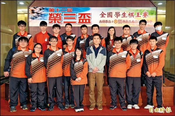佛光大學圍棋發展中心高手傾巢而出,由徐偉庭主任(前排右四)率隊參賽。(記者趙世勳攝)