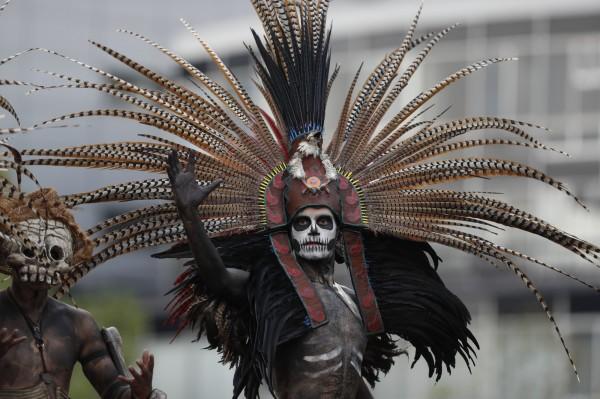 表演者精心裝扮,參與亡靈節「死亡遊行」。(美聯社)