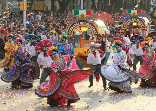 「死亡遊行」週六下午在墨西哥市區主要幹道登場,當地媒體表示,約有30萬人參與遊行。(歐新社)