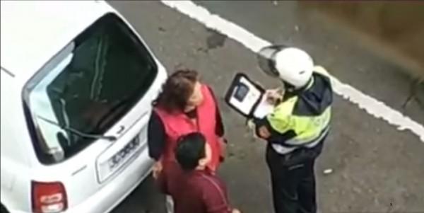 2名大媽違規停車,還跟警察大聲爭論,態度囂張。(圖擷取自YOUTUBE)
