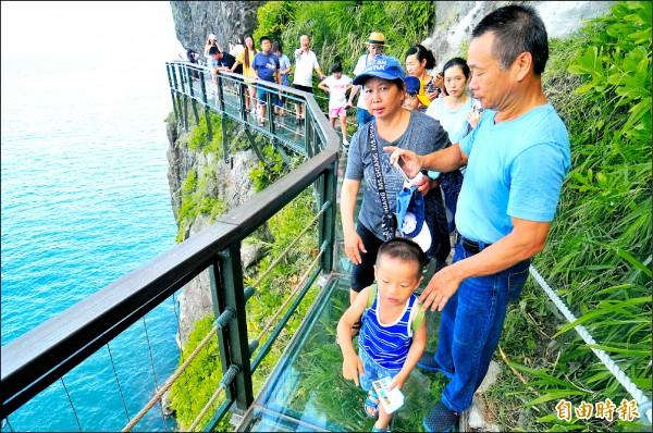 豐濱鄉親不知子海上古道從今年7月1日試營運,吸引超過20萬名遊客。(記者花孟璟攝)
