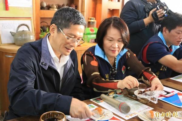 客家委員會主委李永得(左)與苗栗縣副縣長鄧桂菊(右)品嘗客家肉圓。(記者鄭名翔攝)