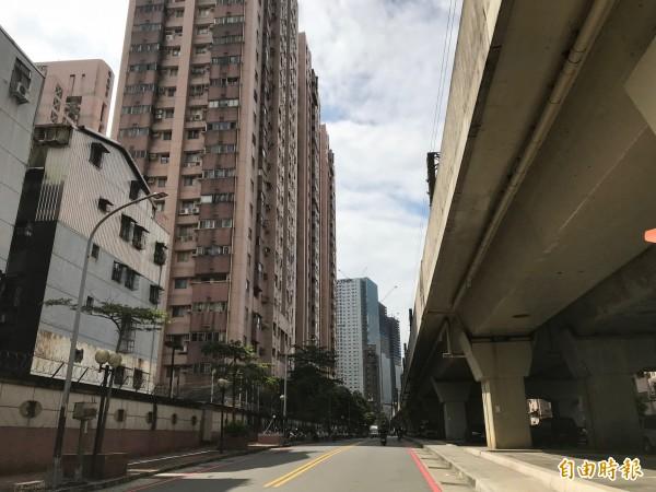 台鐵汐科站出站約5百公尺範圍內,高樓節比鱗次,周邊住戶、學校飽受噪音之苦。(記者張安蕎攝)