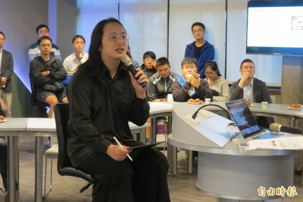 東海大學打造「問題導向數位學習教室」,唐鳳勉學生,以問題導向等素養學習,勿當「工具人」。(記者蘇孟娟攝)