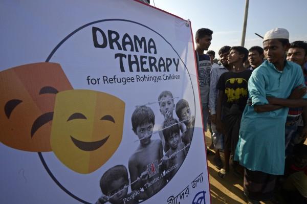孟加拉劇團運用他們的「戲劇療法」,試圖為難民們提供精神上的支持與撫慰。(法新社)