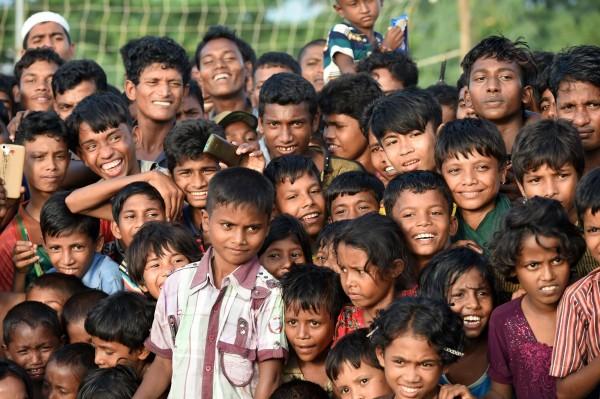 羅興亞孩童們第一次看到馬戲團表演,紛紛露出可愛笑容。(法新社)