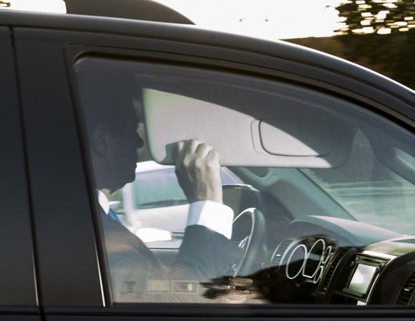 曼納福特今天被拍到搭車出門,但極力迴避媒體鏡頭。(美聯社)