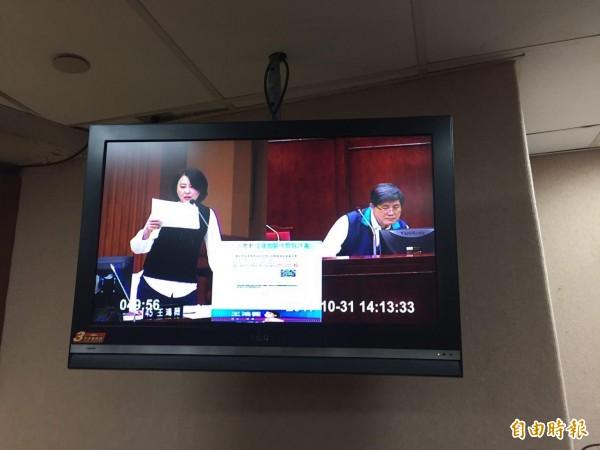 台北市議員王鴻薇今指出,網路謠言滿天飛,不少錯誤資訊誤導民眾逃生認知,內容以假亂真,後果不堪設想。(記者周彥妤攝)