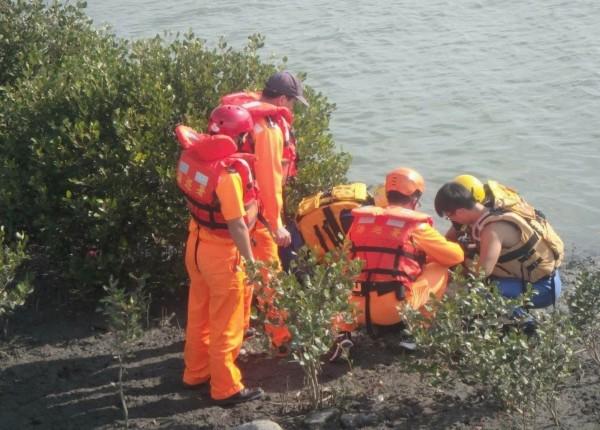 消防及海巡人員將黃姓女子搶救上岸實施急救,送醫仍告不治。(記者湯世名翻攝)
