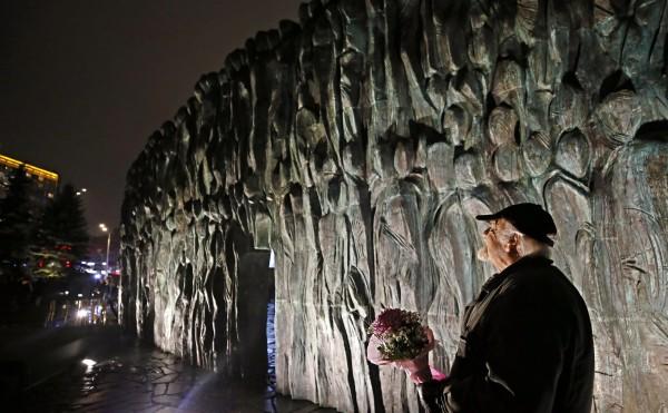 位於俄國首都莫斯科市中心的紀念碑「哀慟之牆」,是一個刻滿人形的大型青銅浮雕,在赫魯雪夫(Nikita Khrushchev)任內便開始規劃,經過數十年的歲月終於完工。(歐新社)