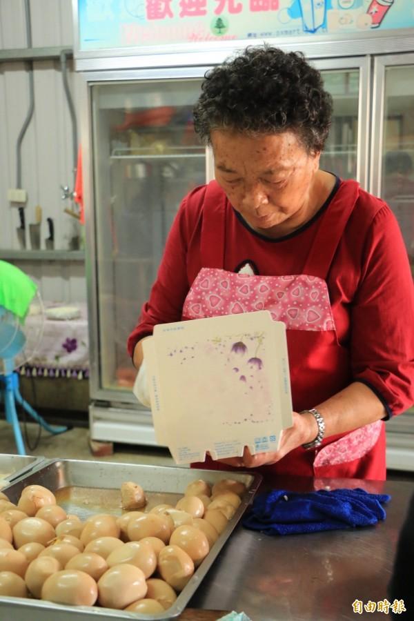 李文斌的媽媽每天帶領志工,從早上4點就開始準備愛心便當。(記者鄭名翔攝)