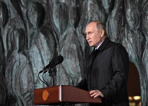 俄羅斯總統普廷今(31)日為俄國史上第一座紀念史達林統治時期政治迫害受難者的紀念碑揭幕,並發表演說表達對於俄國過去受到政治迫害摧殘的悲痛。(歐新社)