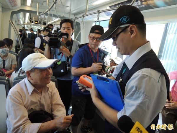 輕軌稽查員上車值勤,乘客都很配合。(記者王榮祥攝)